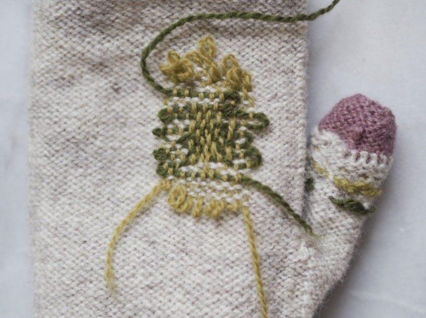 Bild 6 - Närbild av lagningen på insidan av vanten. Foto: Maja Karlsson