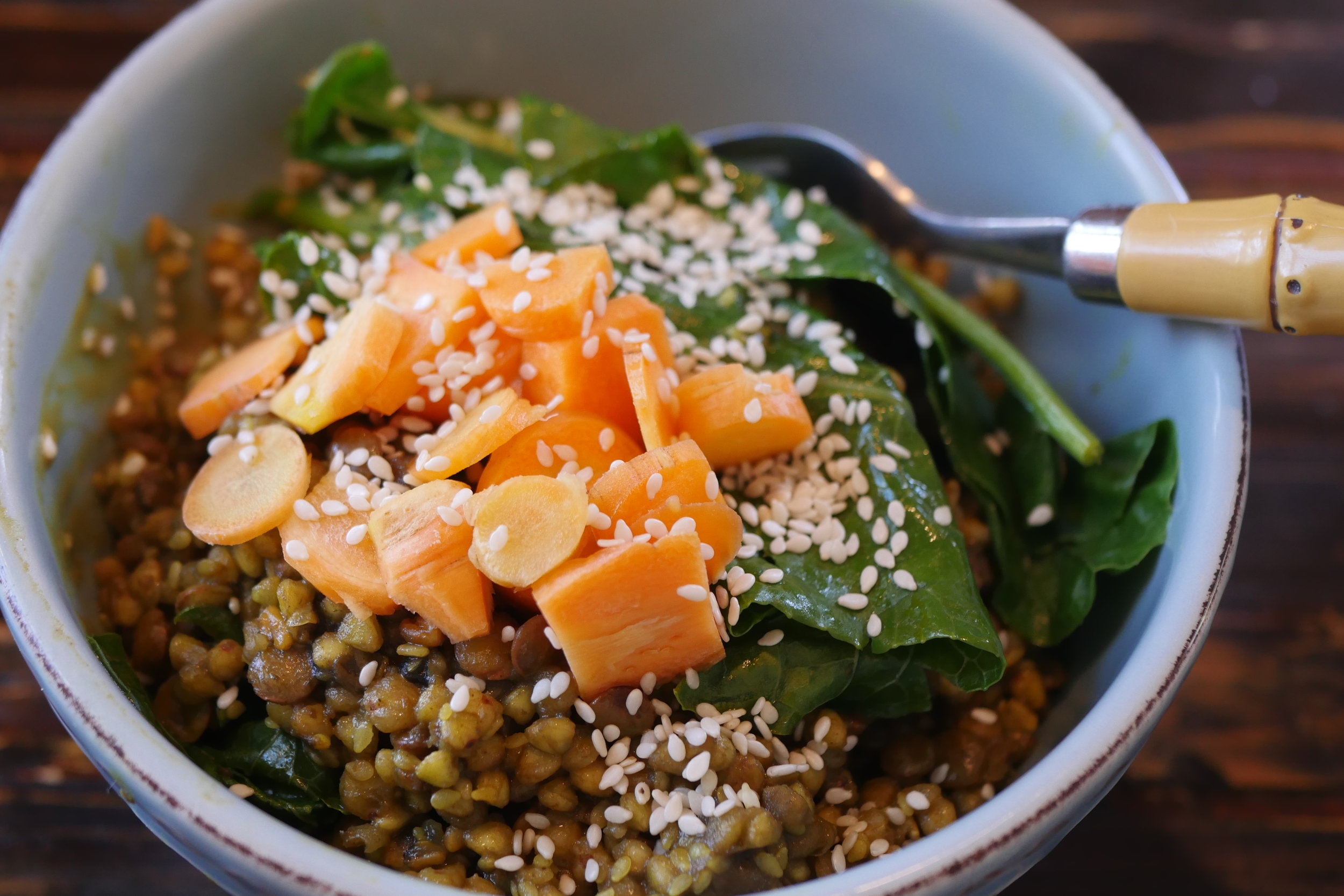 This lentil and buckwheat curry topped with broccoli leaves, carrots and sesame seeds is so quick and easy to make and tastes soon yummy + it's healthy and light.