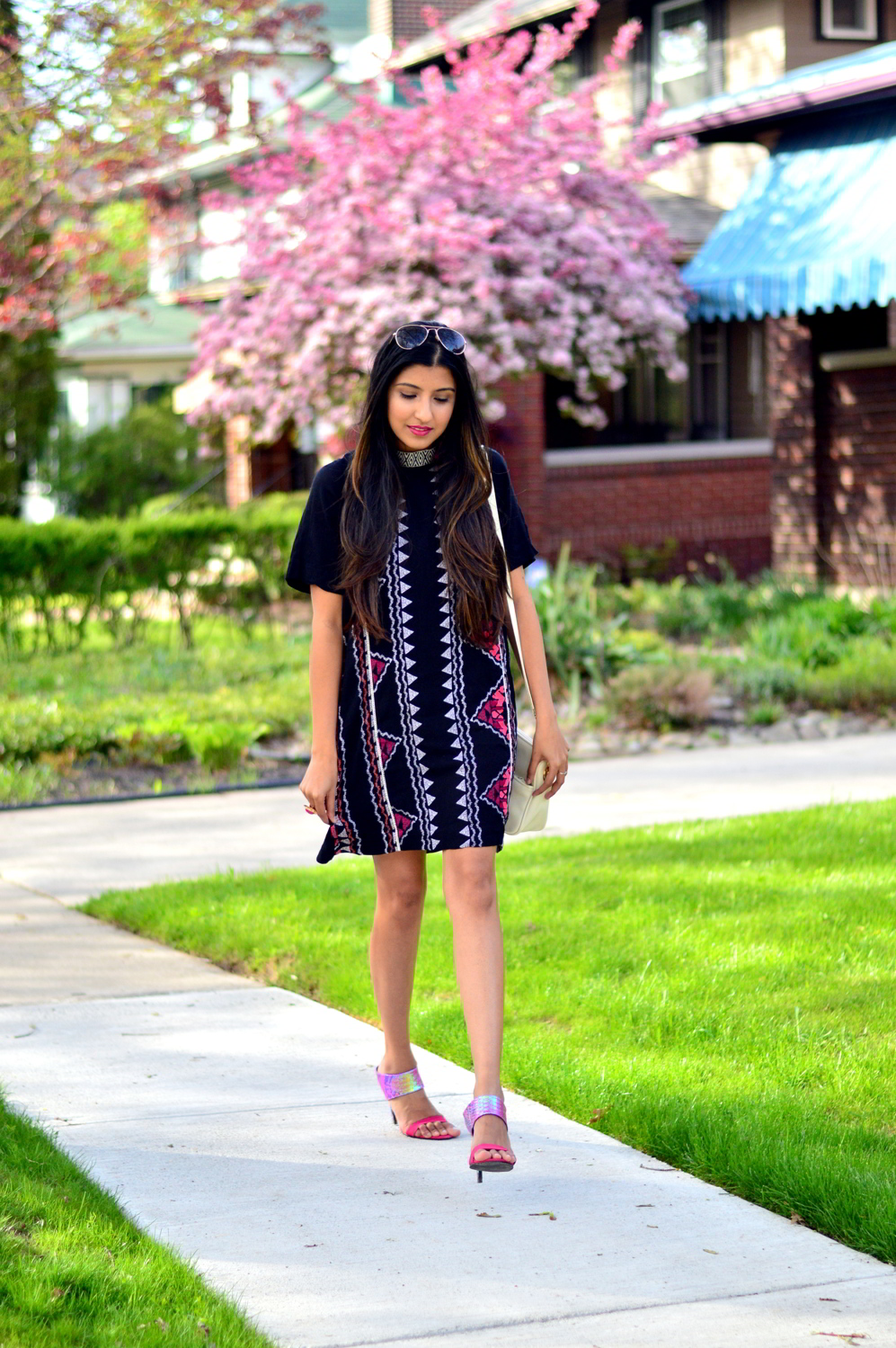 printed-high-neck-shift-dress-spring-style-outfit 3