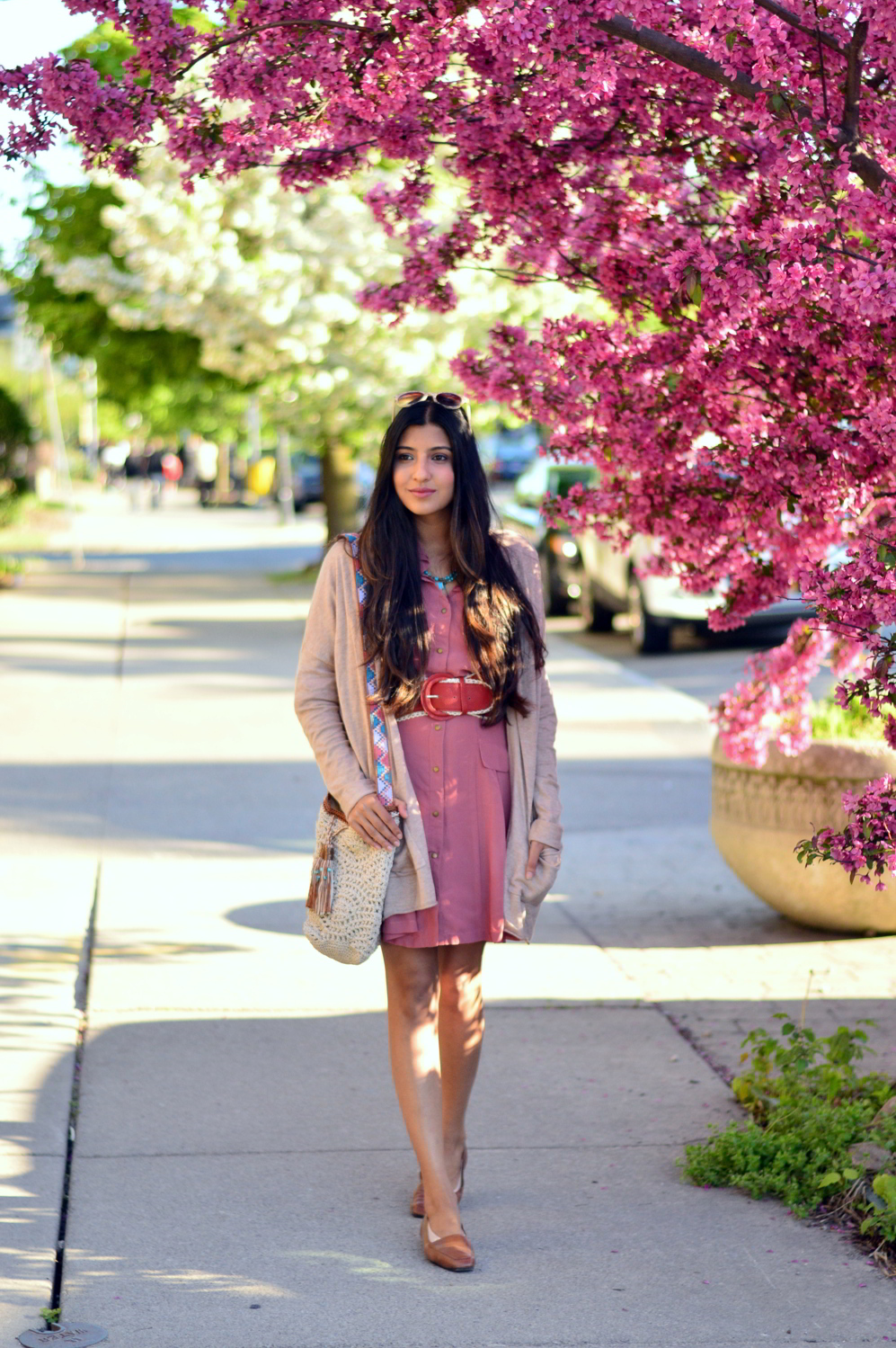pink-shirtdress-crochet-bag-neutral-cardigan-spring-essentials 6