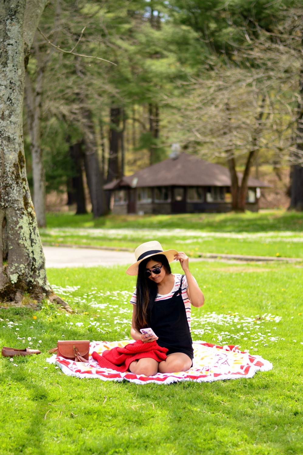 black-overalls-stripes-summer-casual-style-picnic-outfit 12