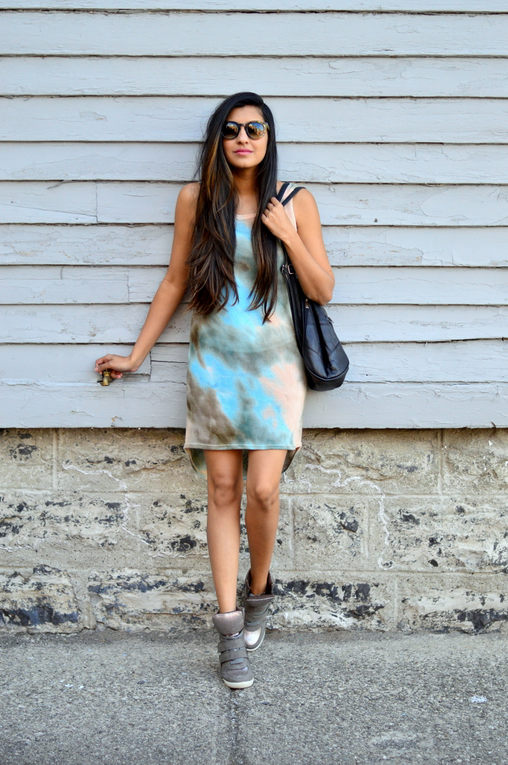 tie-dye-dress-sporty-chic-summer-casual-sneakers-backpack 6