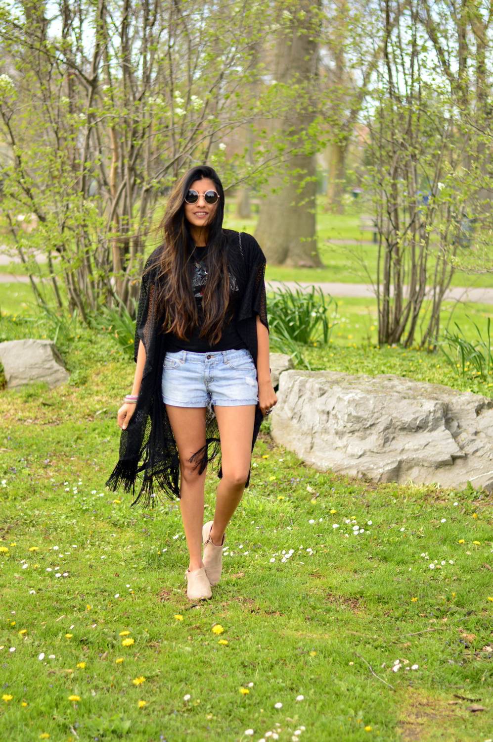 graphic-tee-fringe-boho-chic-what-to-wear-summer-concert-outfit 7