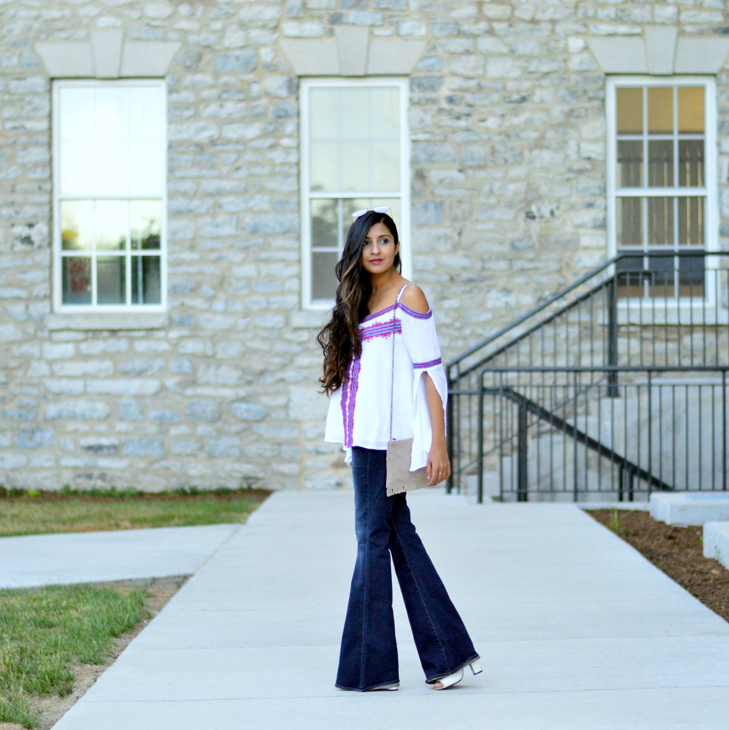 fall-outfit-inspiration-flared-jeans-cold-shoulder-boho-chic-casual-style 1