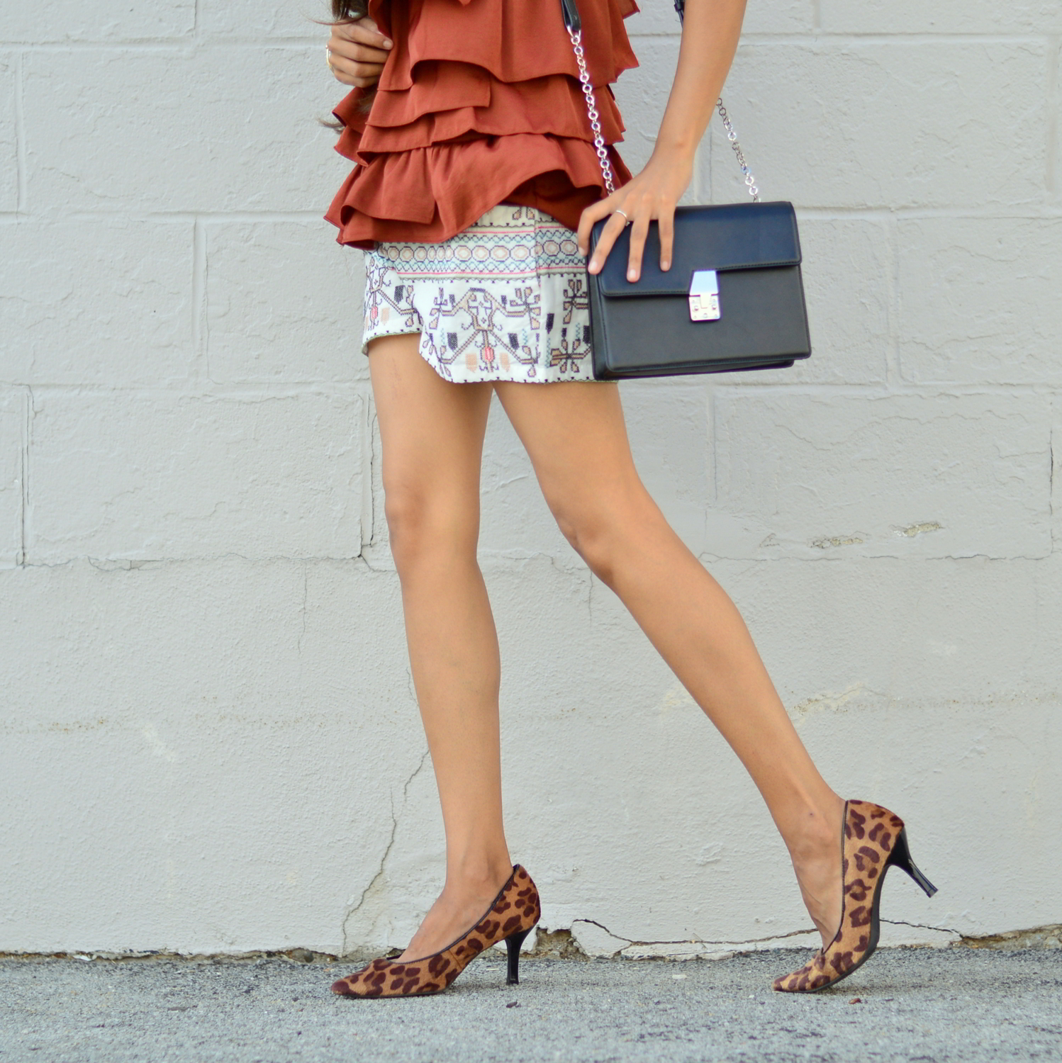 ruffles-embroidered-shorts-summer-style-fall-trends-blogger-outfit-leopard-print 7