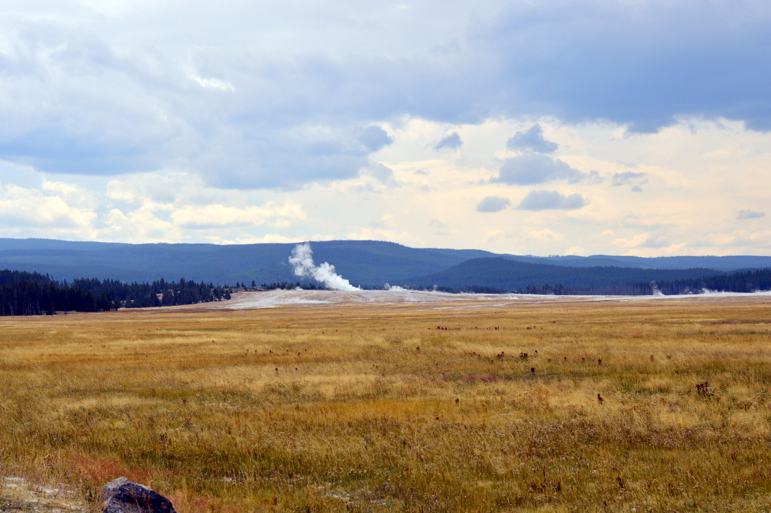 Grand-prismatic-spring-yellowstone-national-park-travel-guide-two-days 2