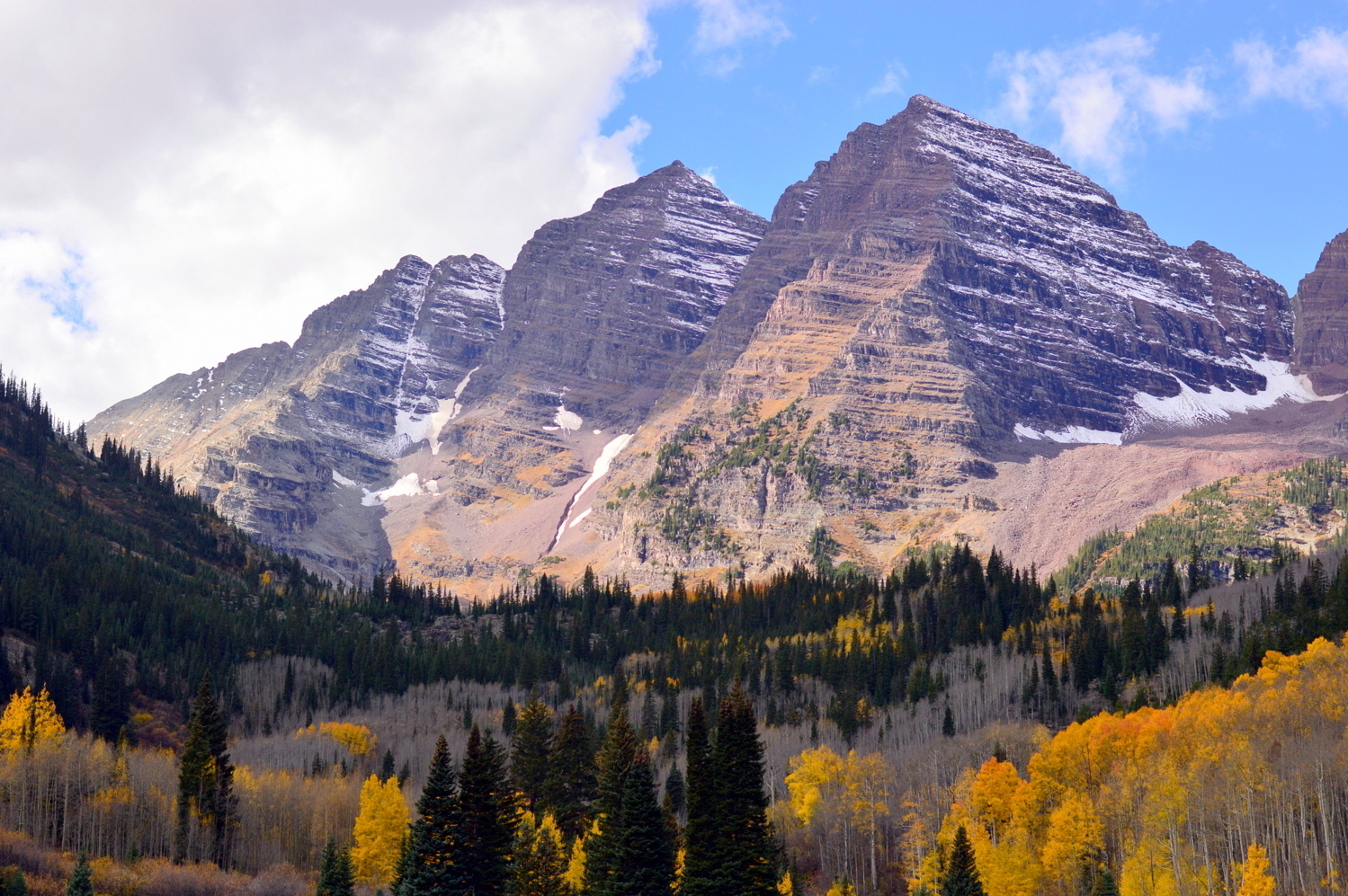 travel-blogger-guide-fall-style-maroon-bells-aspen-colorado