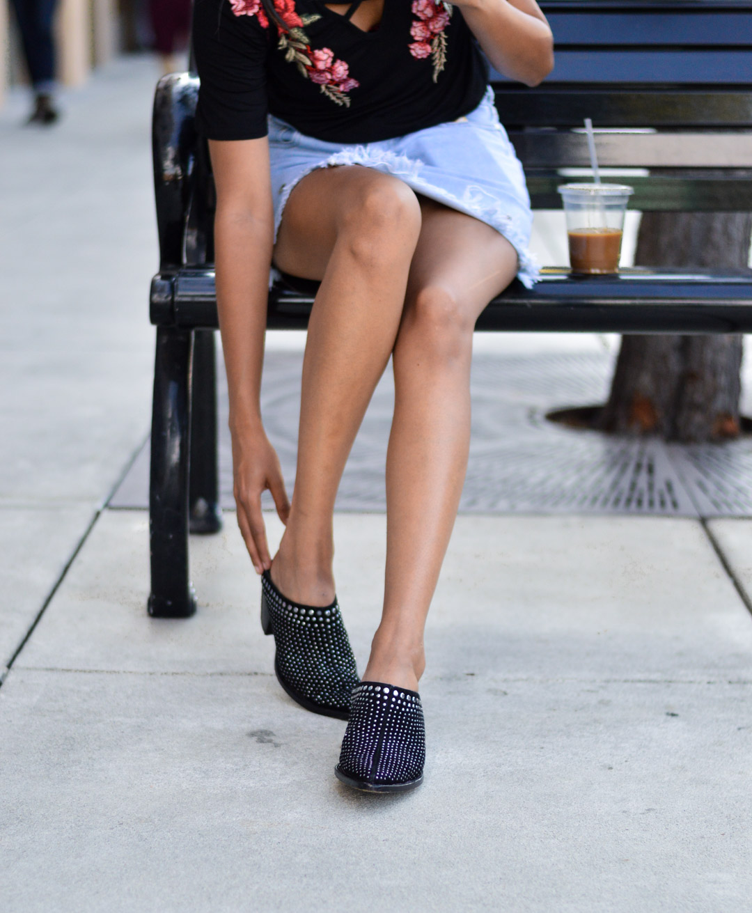 black-mules-blogger-denim-skirt-black-tee-fall-fashion 5