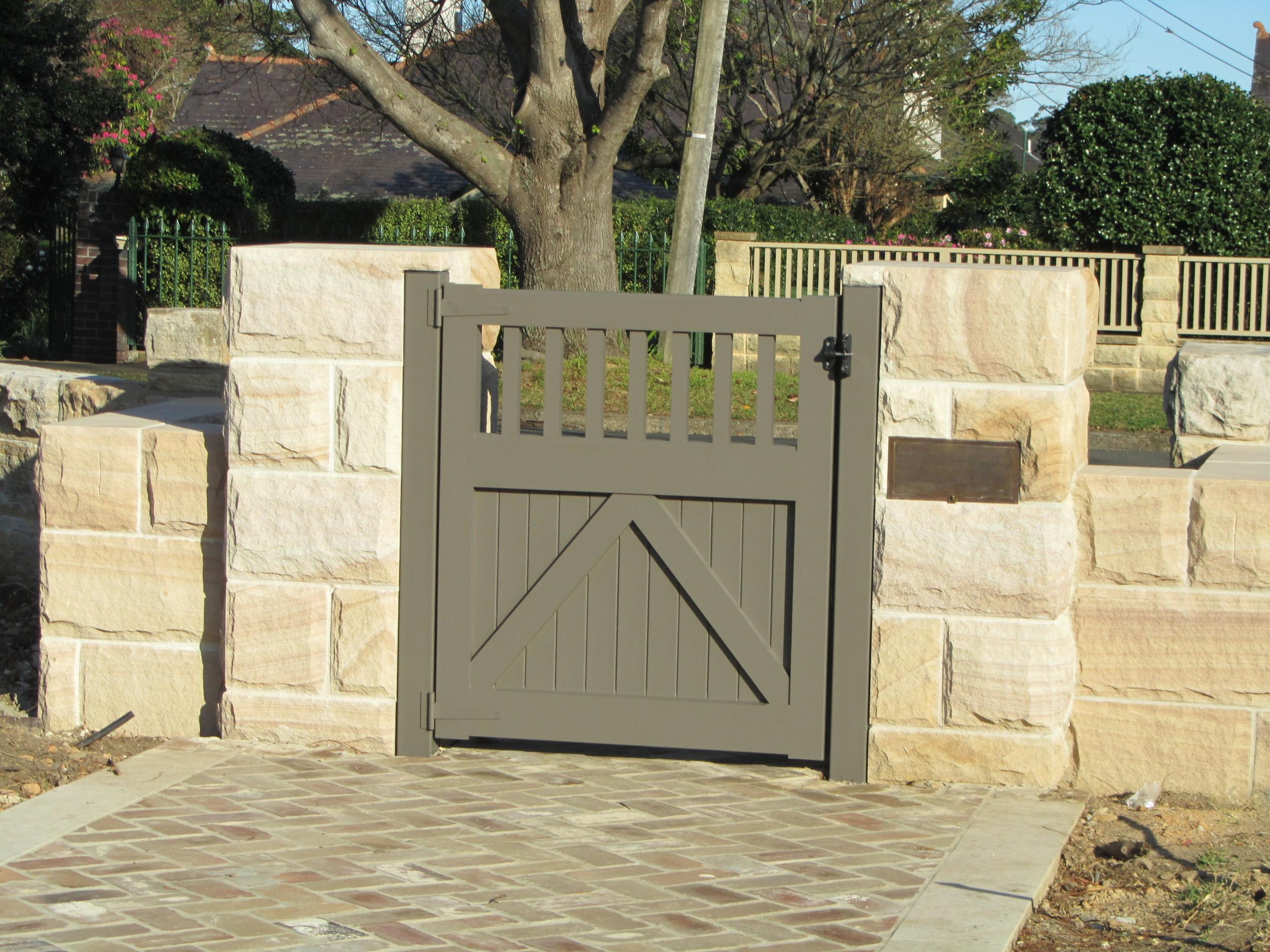 Private residence_Gordon_rockfaced entry gates.JPG