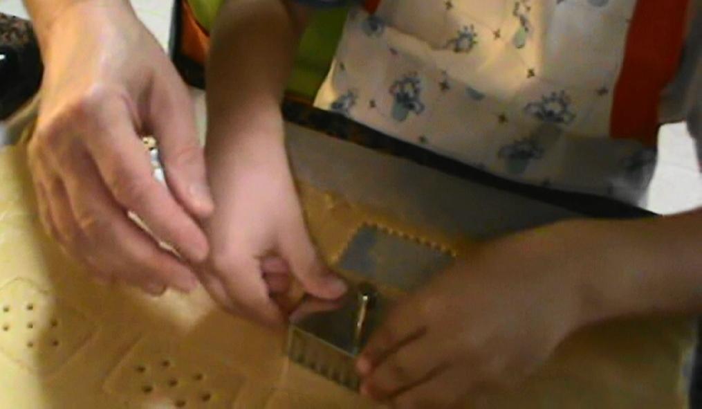Aquí con mi nieto. Pinche ayudante cortando las galletas