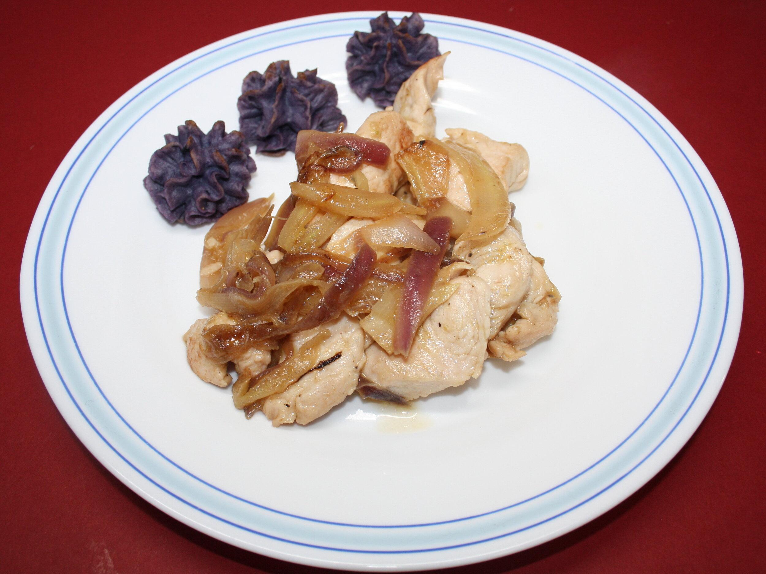 Acompañando un plato de pollo con cebolla
