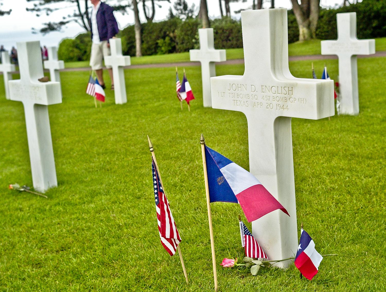 The grave of Texan Lieutenant John D. English, 751st Bomb Squadron at Omaha Cemetery.