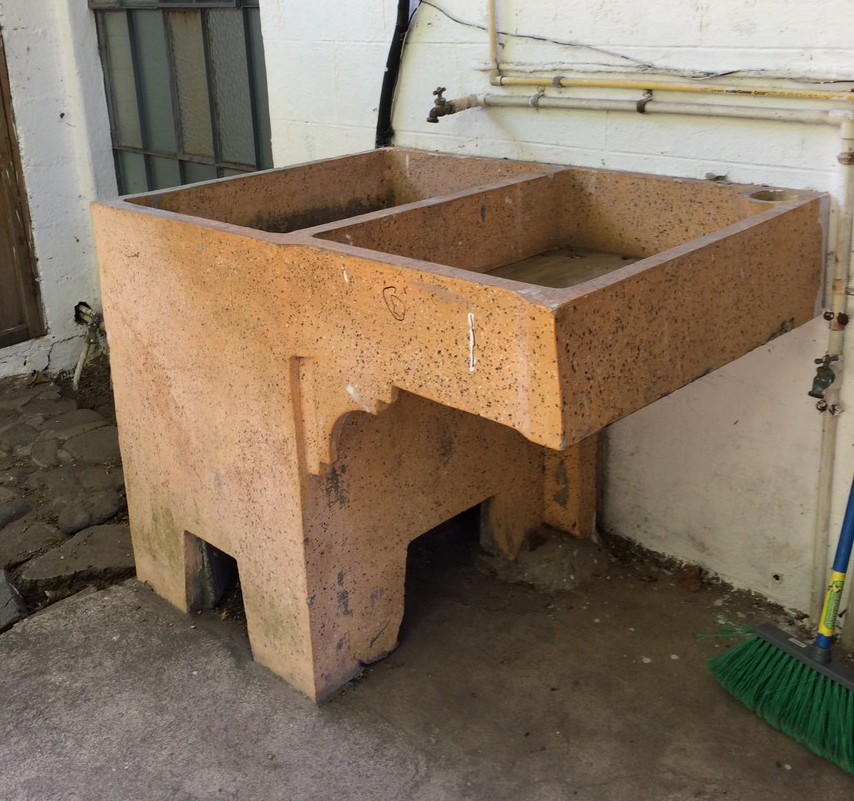A pila is a sink that is typically outdoors and used for cleaning.