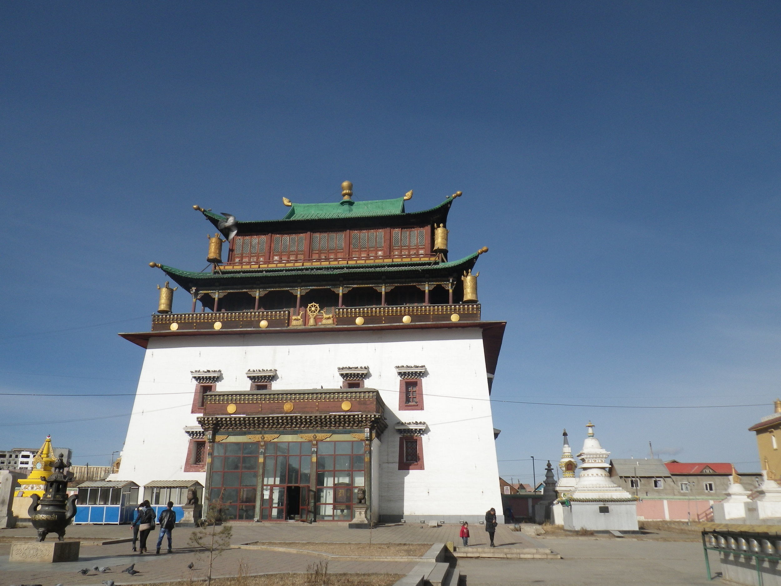 Budget   travel in Mongolia.   Backpacking Mongolia. Buddhism in Mongolia.