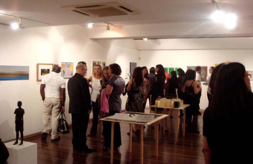 Coletiva de pequenos formatos dos artistas do  Ateliê Fidalga  na Galeria Carlos Carvalho, em Lisboa, Portugal. Setembro e outubro de 2009.  Obra exposta: Gobbis x Elaine (2008).