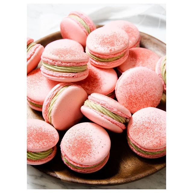 Mmm… Matcha ganache. Daydreaming about these strawberry Matcha macs. #macaronsmonday 🍓🍵