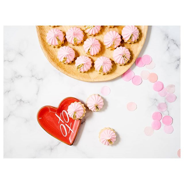 Iced Gems! #recipe on the blog for #valentinesday ❌⭕ Mini shortbread cookies topped with chewy meringue kisses. 😘