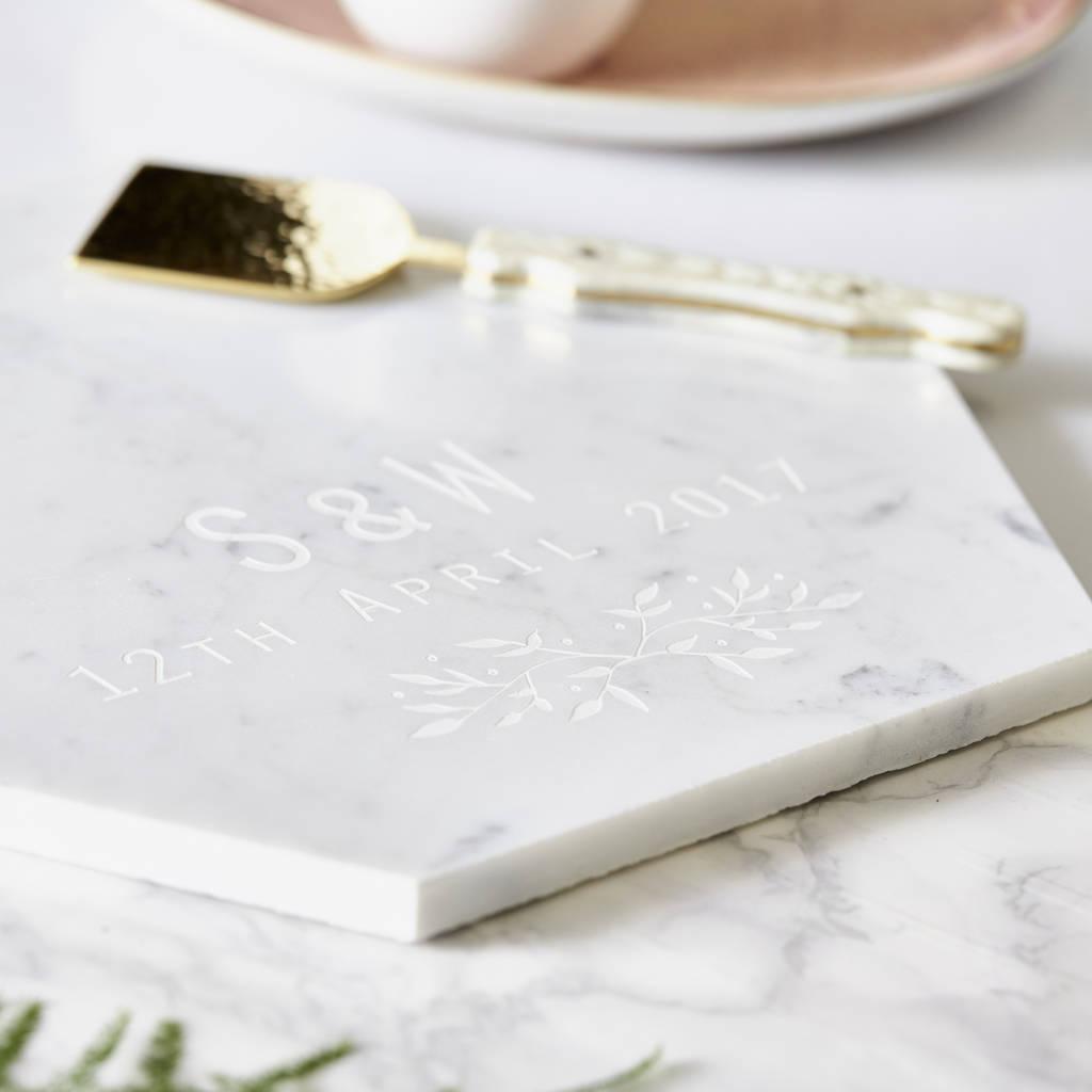 Marmurowa, personalizowana deska do serwowania z botanicznym motywem