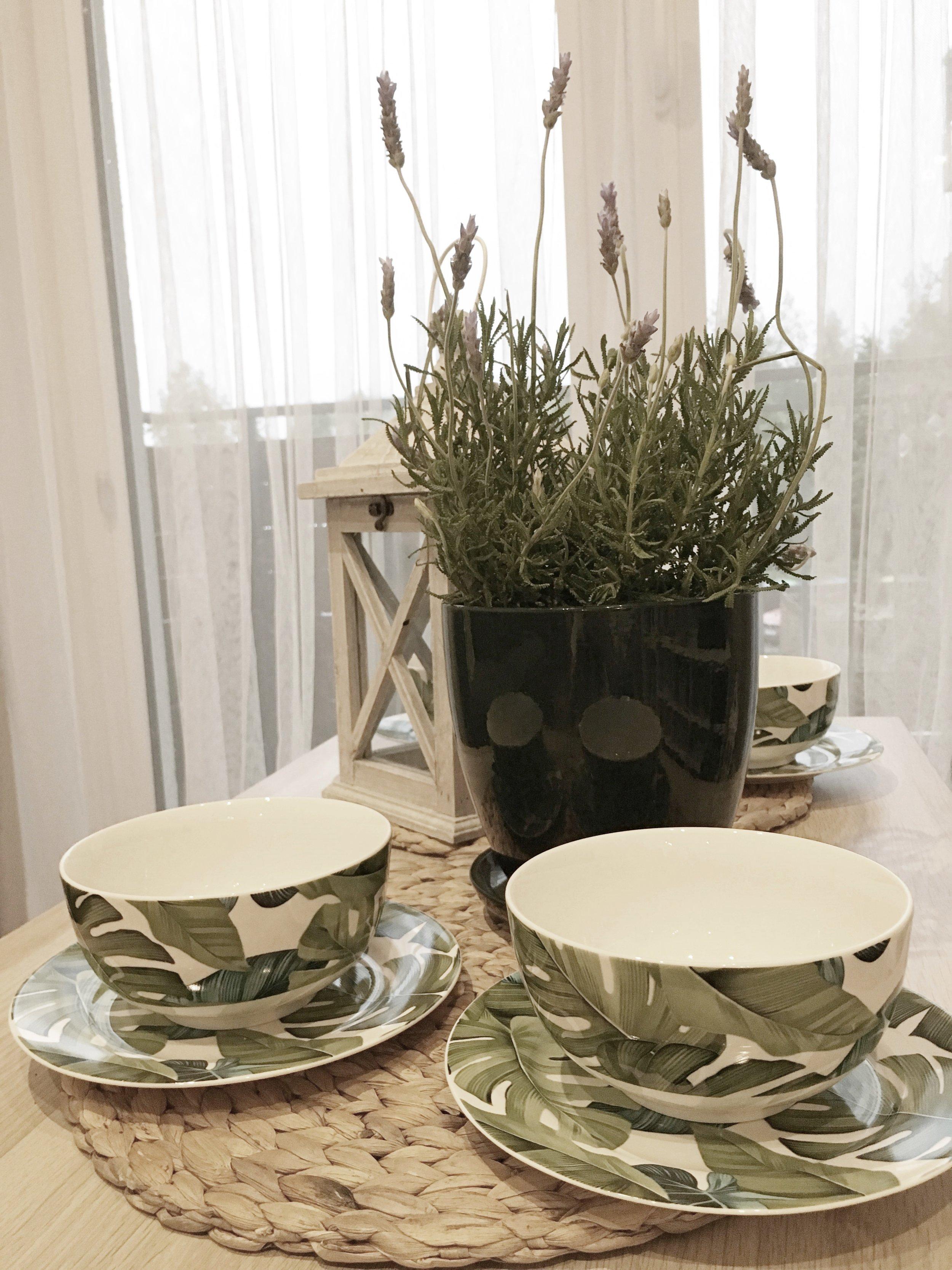 Naczynia z motywem liścia, ceramiczna doniczka z podstawką ciemna zieleń, lawenda, lampion/latarnia:  bricomarche.pl