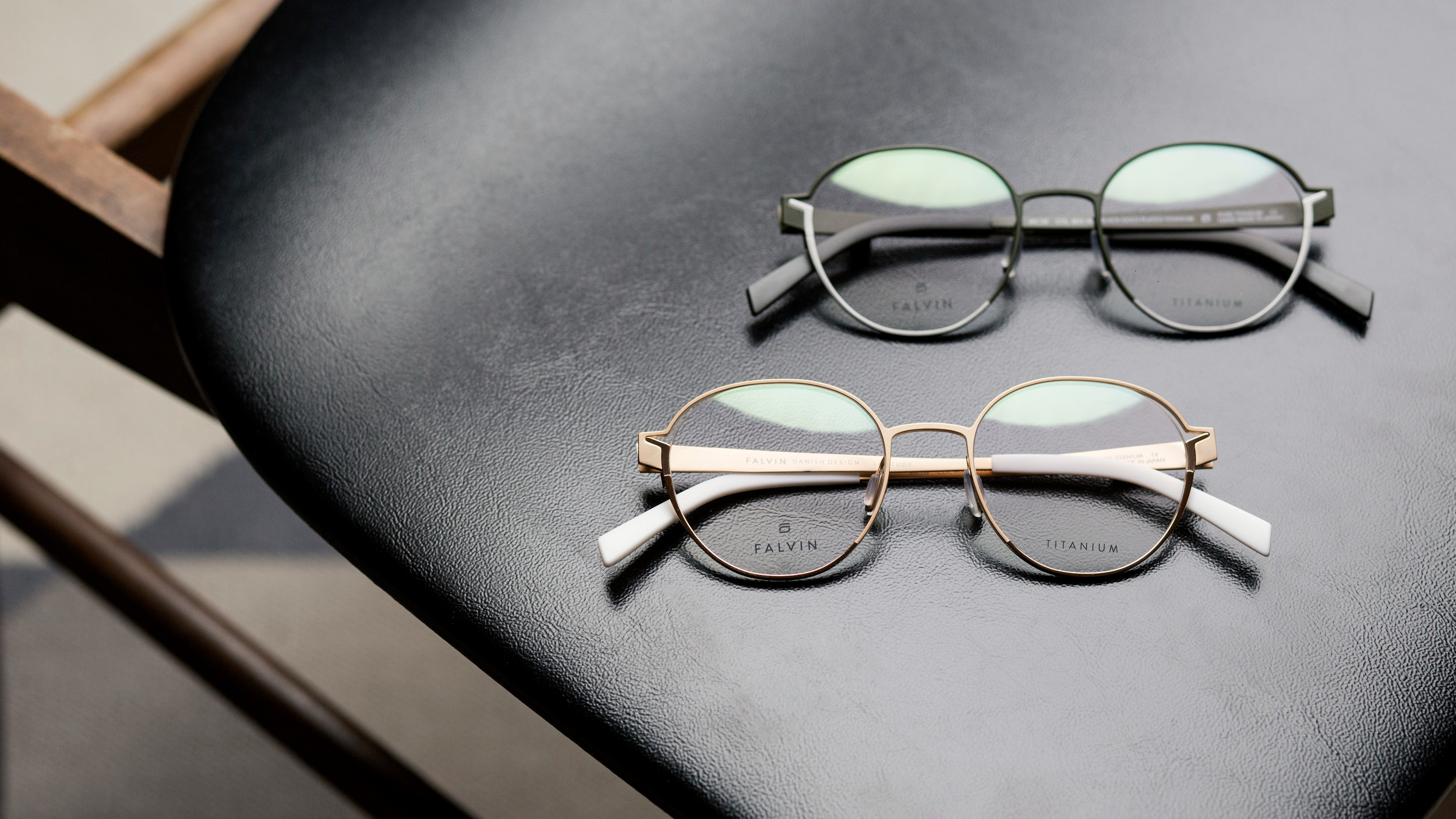 DECORATION - Display the frames together to show the design lineDisplay the handmade leather case together with the framesTip: Underline the inclined details on the front with other inclined or angular elements; e.g. the lid from the case