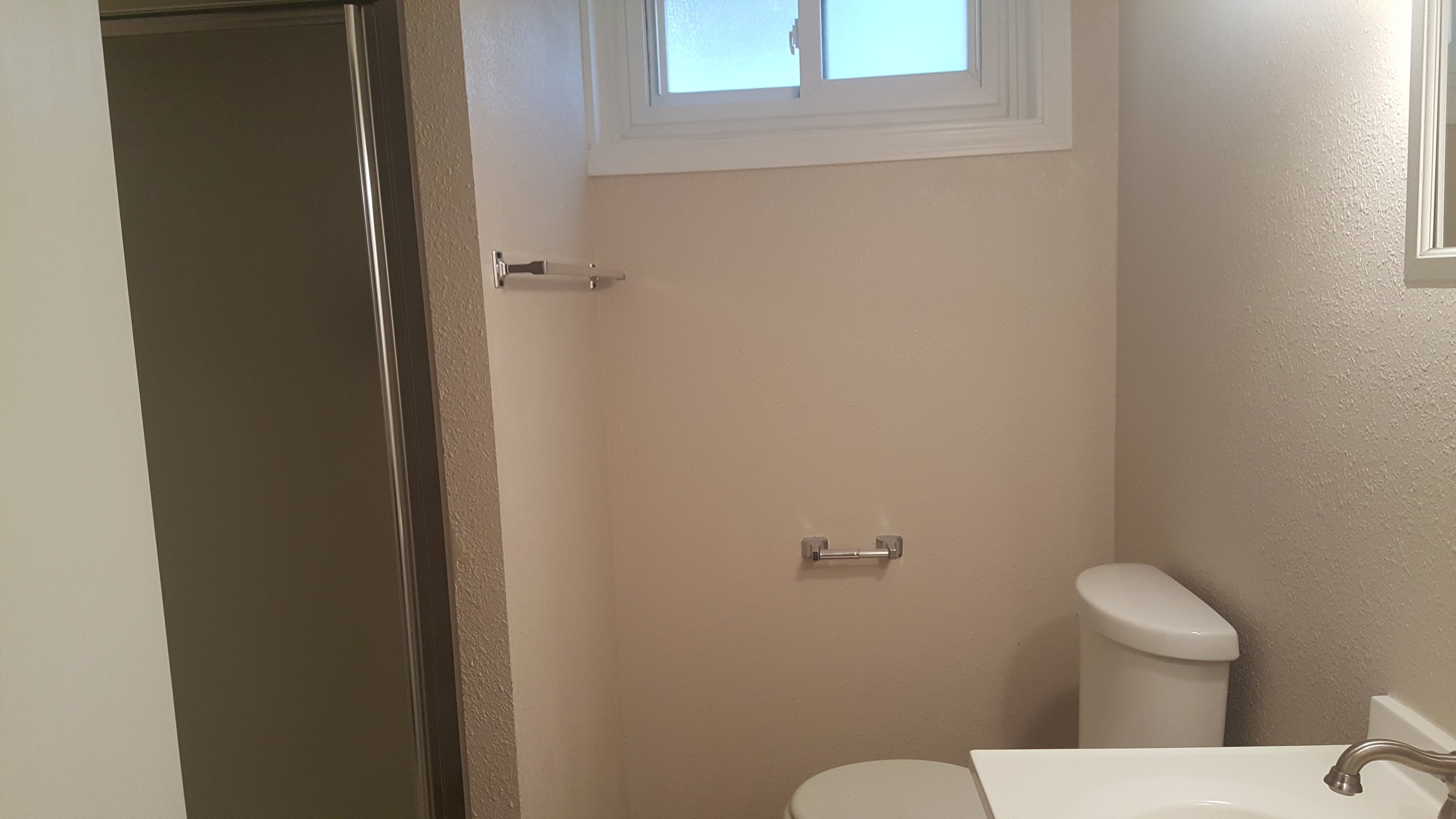 830 Woodford Upstairs Bathroom.jpg