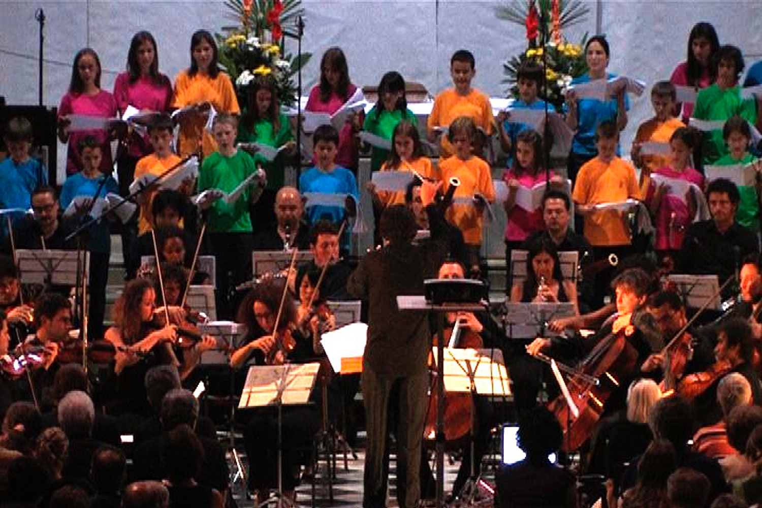 2009 Colico, Italy: Alessio Allegrini conducting the Human Rights Orchestra and the children's choir of the Festival Musica sull'Acqua