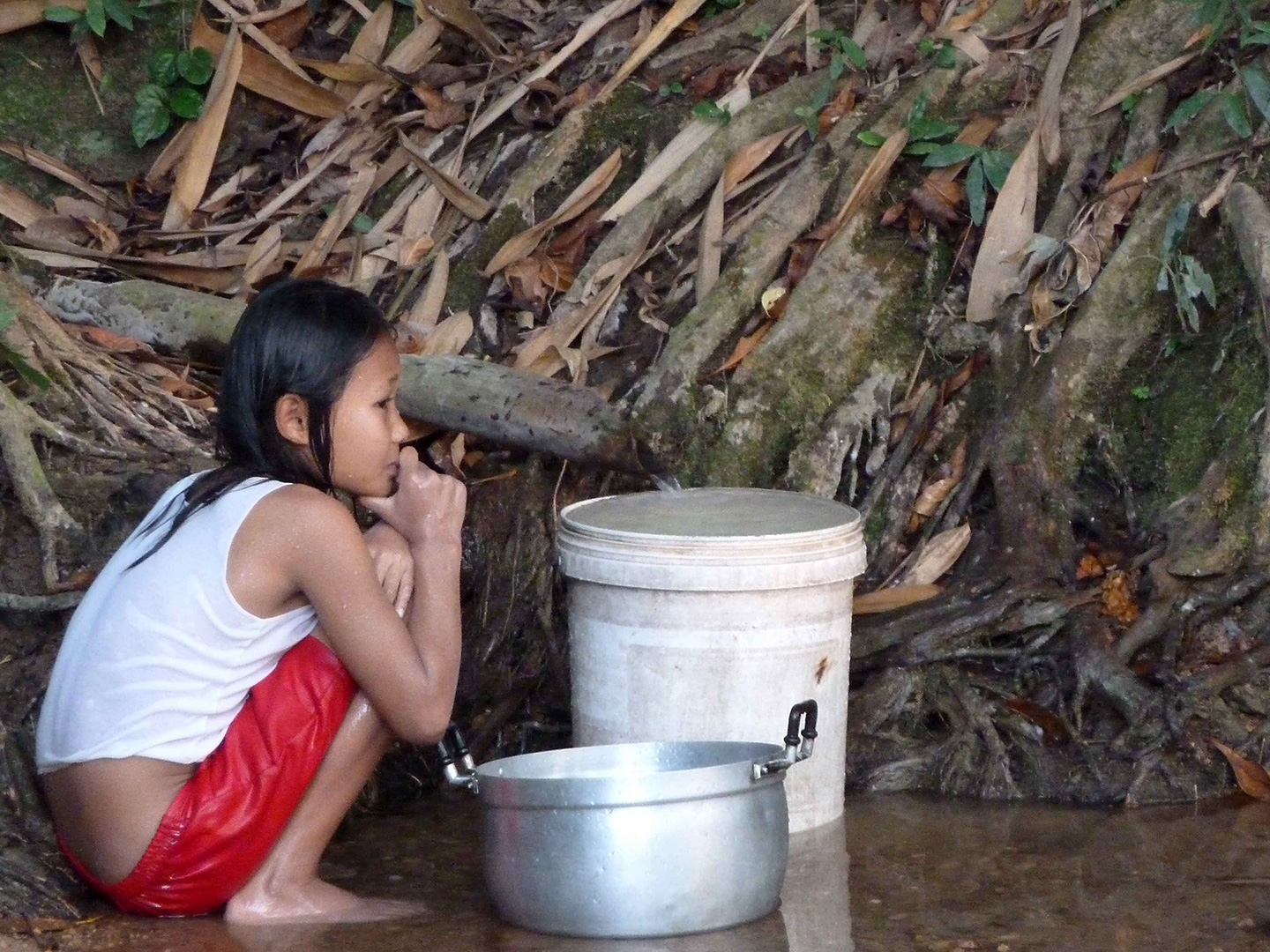 A child collecting water and cleaning (Fung Na community)