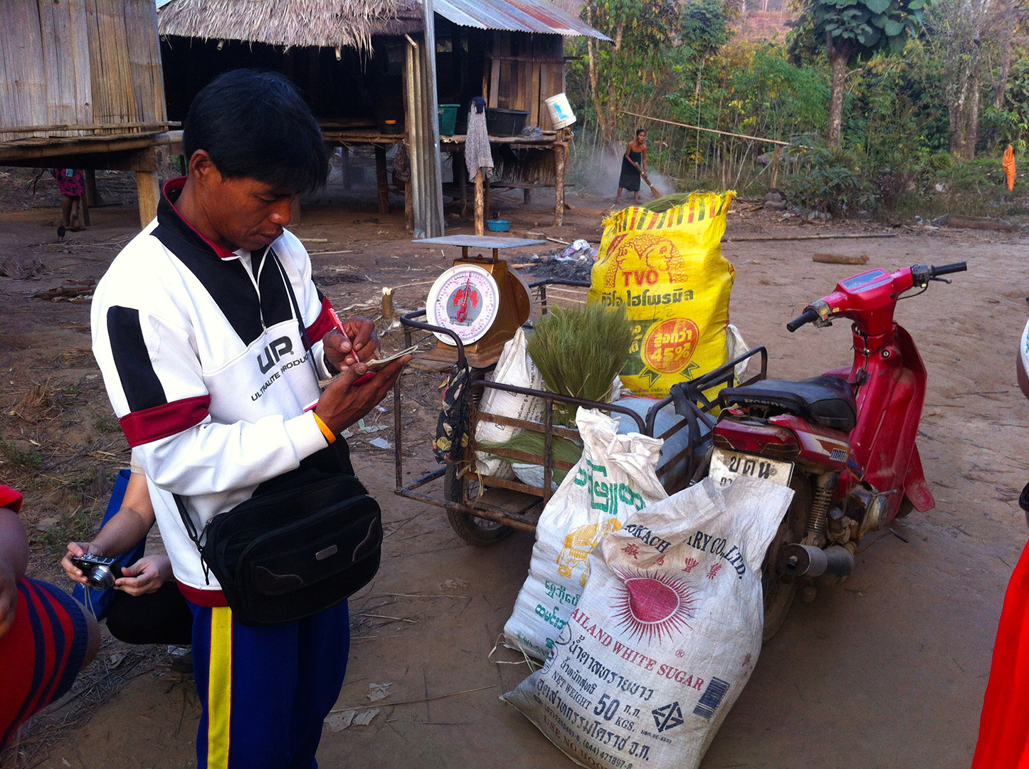 A middleman buying broom parts from the locals (Fung Na community)