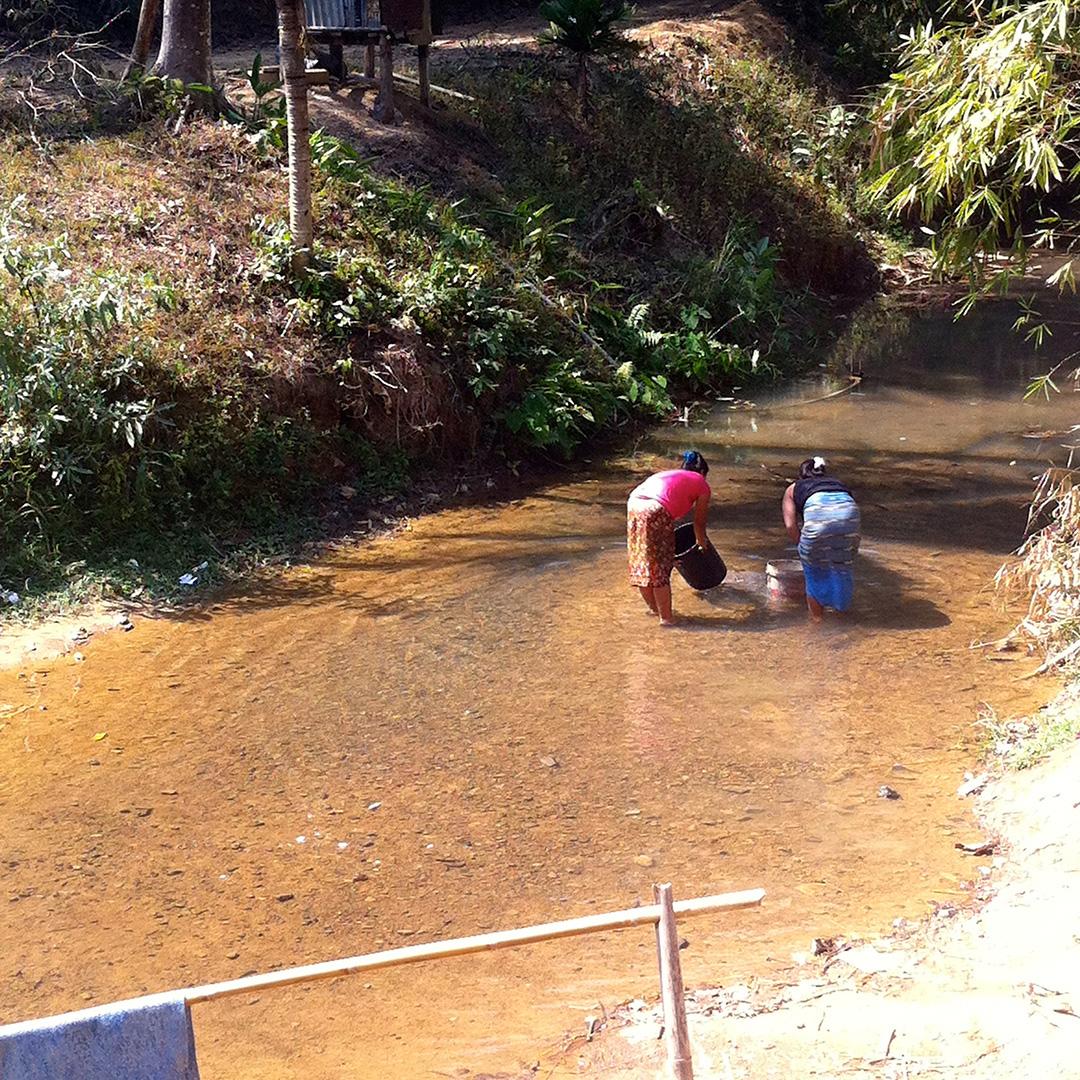 Women collecting water (Song Ka Lia community)