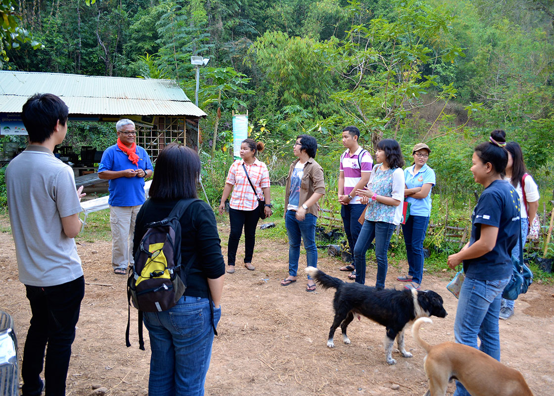 Seri welcomed the team members from MTEC to the training center of PRF in Sangkhlaburi.