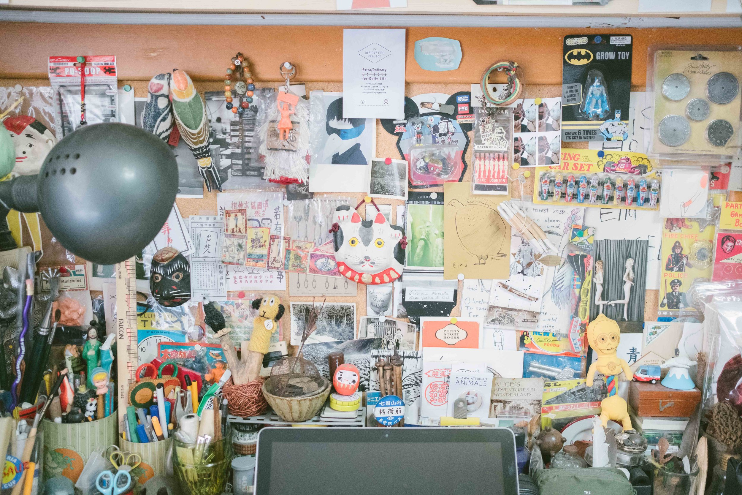 書桌上也是一種牆面塞滿的模式。