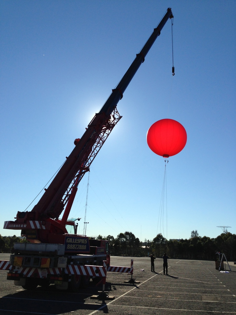 raising balloon up & down using 20m crane