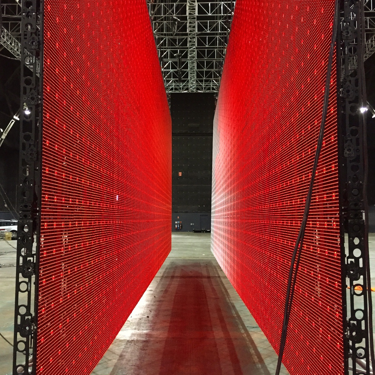 15 m long LED lighting panel hanging 8.9 tonne.