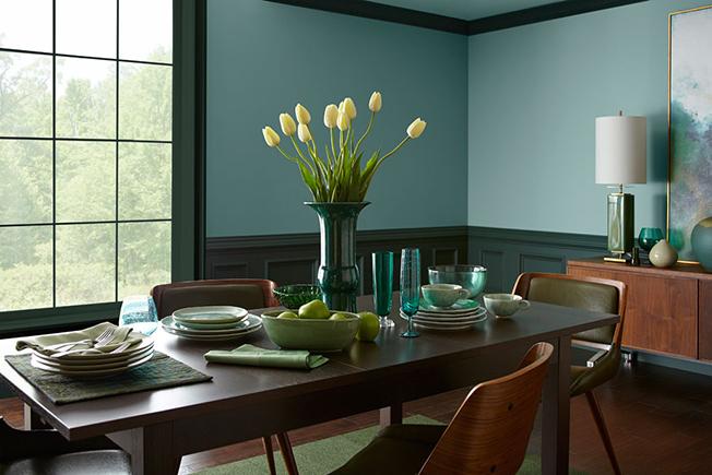 Первый раз в своей истории Behr, бренд американской компании The Home Depot, объявляет цвет года. В 2018 им стал оттенок In Moment. Эрика Воелфель, вице-президент Color & Creative Services считает, что этот оттенок «вызывает чувство умиротворения».