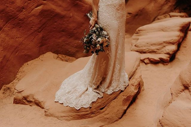 Perfect dress + pretty flowers + this location = magic 🌟 ⠀ .⠀ .⠀ .⠀ .⠀ #bohobride #visualcollective #huwelijksfotograaf #chasinglight #naturallight #lookslikefilm #moodygrams #mood_of_the_day #persuitofportraits #portraitmood #portraitpage #portrait_perfection #portraitphotography #bohowedding #bohostyle #weddingvibes #weddingdress #dirtybootsandmessyhair #wanderingphotographers #junebugweddings #wanderingphotographers #communityovercompetition #poppinbottles #weddingday #bruid #bruidegom #trouwen2019 #trouwen2020 #trouwfotografie #canyonx ⠀ ⠀ ⠀