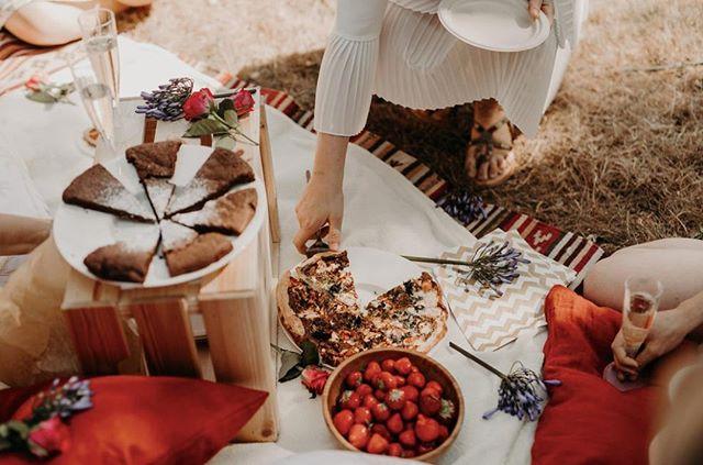 Wie komt mij taart op bed brengen? ⠀ .⠀ @gijsenmike HINT!⠀ .⠀ .⠀ .⠀ .⠀ #foodphotography #foodstories #picnicfood #summerstyle #springtable #springtabledecor #countrysideliving #countrysidelife #verilymoment #simplejoys #cakelover #taart #fotograafanwerpen