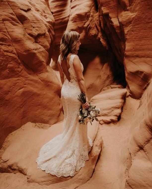 So in love with this photo ♥⠀ .⠀ .⠀ .⠀ .⠀ #belgiumweddingphotographer #huwelijksfotograaf #trouwfotograaf #bruidsfotograaf #verloofd #bridetobe #trouwenin2019 #trouwen2020  #radlovestories #theweddinglegends #lovellope #adventurouslovestories #sobridaltheory #momentsovermountains #heyheyhellomay #belovedstories #weddingdayready #radstorytellers #muchlove_ig #loveandwildhearts #elopementlove #intimatestorytellers #goldenlovestories #photobugcommunity #canyonx #canyonxwedding #antylopewedding #destinationwedding #destinationweddingphotography