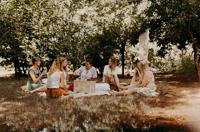 Picnicken en taart eten in deze setting, yes please! #vrijgezellen .⠀ .⠀ .⠀ .⠀ #foodphotography #foodstories #picnicfood #summerstyle #springtable #springtabledecor #countrysideliving #countrysidelife #verilymoment #simplejoys #cakelover #taart #fotograafanwerpen #vrijgezellenfotografie #vrijgezellen #picnick