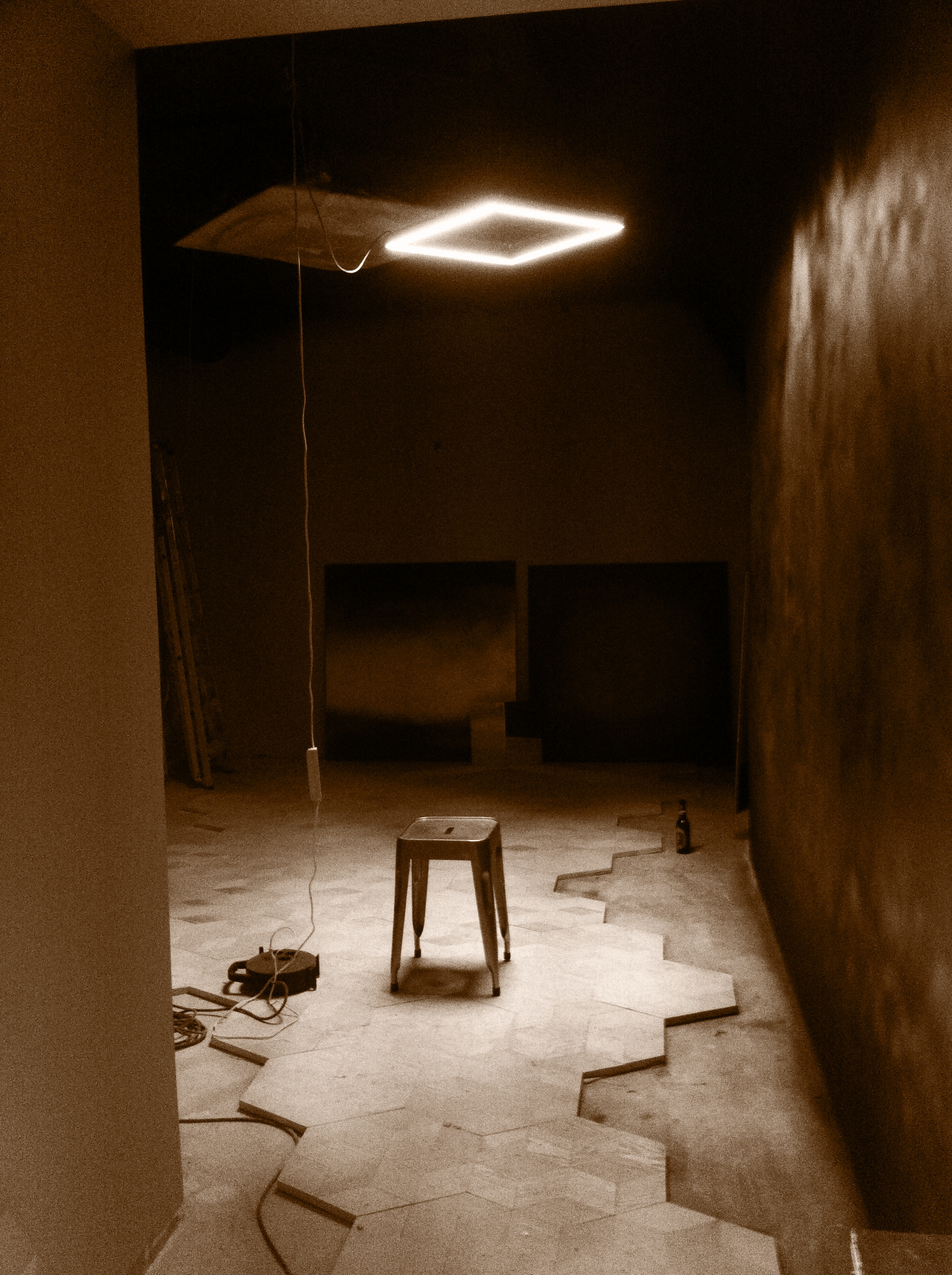 Installation du luminaire prototype 002 et premier test peinture dégradé (cuivre/noir infini) sur son sol en losange de bois fraichement collé.  Merci à Bruno pour cette belle pose.