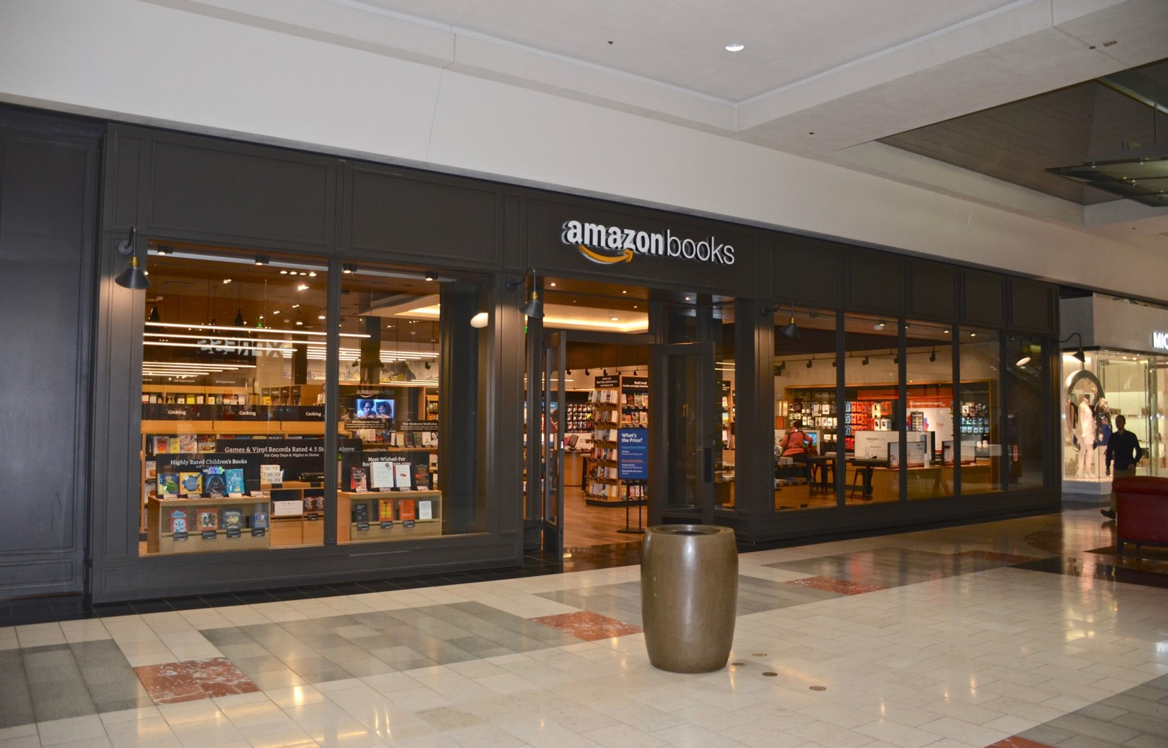 Amazon_Books_at_Washington_Square_-_Tigard,_Oregon_(2017) compressed.jpg
