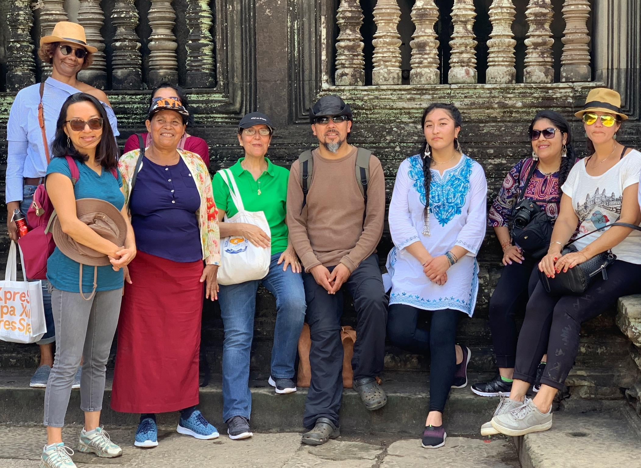 Foto 1.  La delegación a Camboya con miembros de la comunidad mapuche de Llaguepulli: Fernando Quilaqueo (centro), Kelv Painefil   (a su izquierda) y Fresia Painefil (segunda desde la derecha), octubre de 2018.