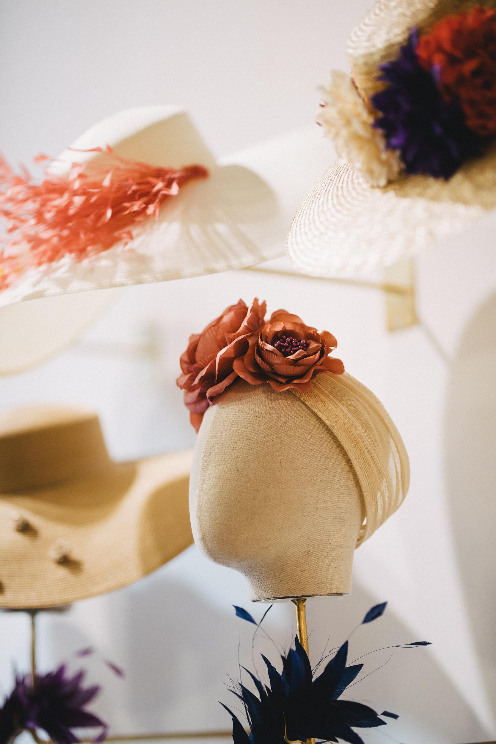 En nuestra tienda puedes encontrar más tocados que los que vendemos online. E incluso hacemos piezas a medida, para que vayas perfecta!