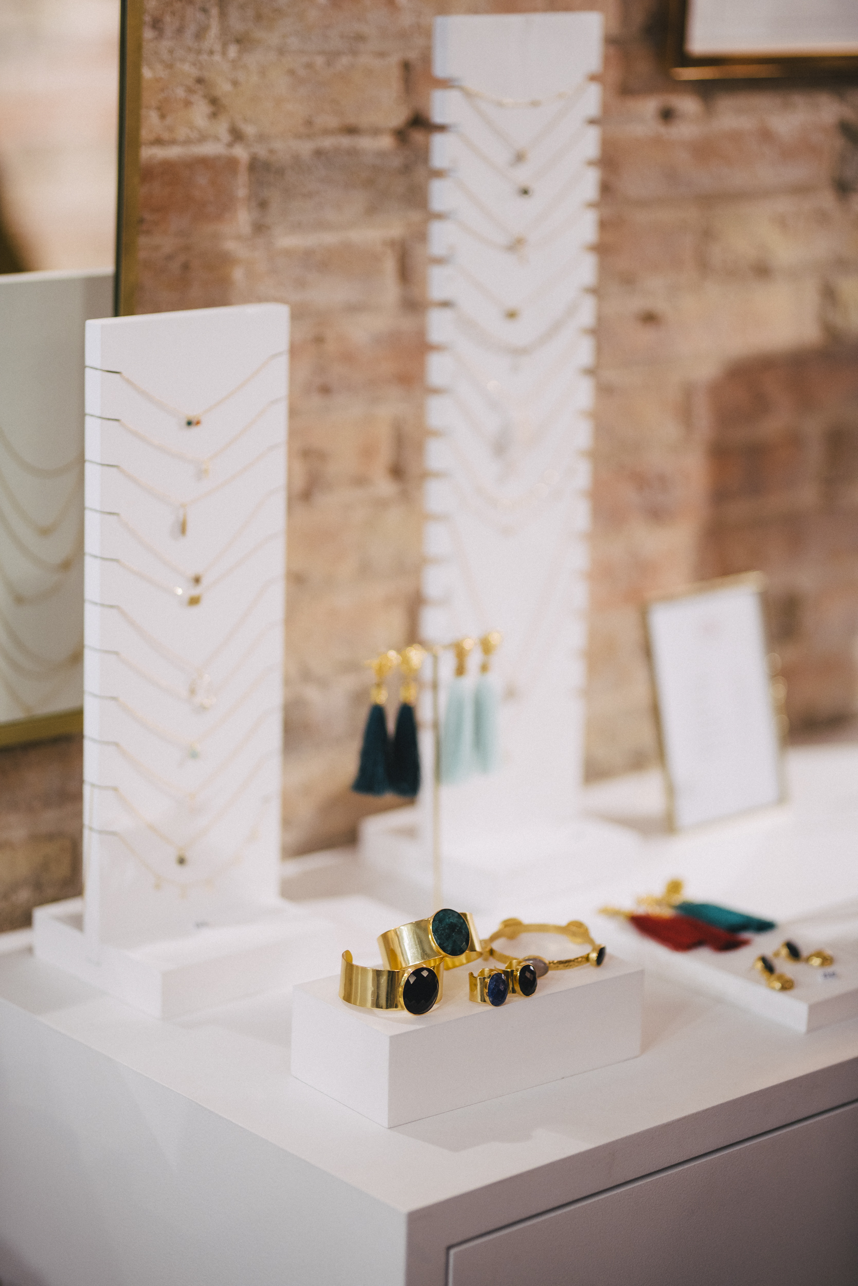 Además de tocados, también tenemos joyitas únicas de plata bañada en oro. Ideales para el día a día o para ocasiones especiales.