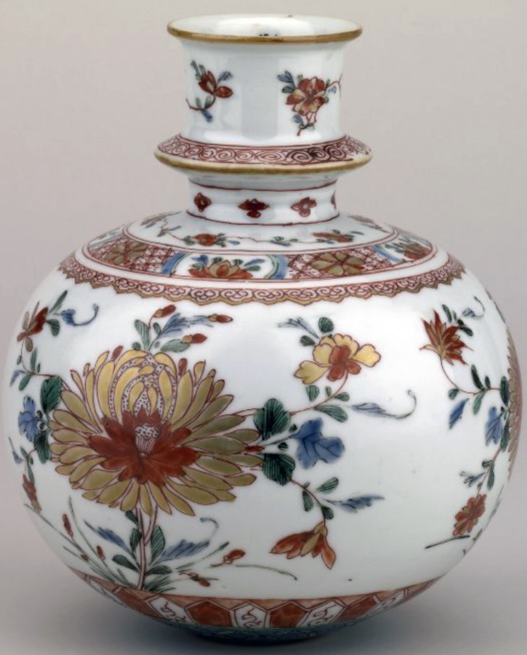 Porcelain hookah (water pipe) made in Jingdezhen, China for the Indian market, c. 1662-1722. Repository: British Museum, London