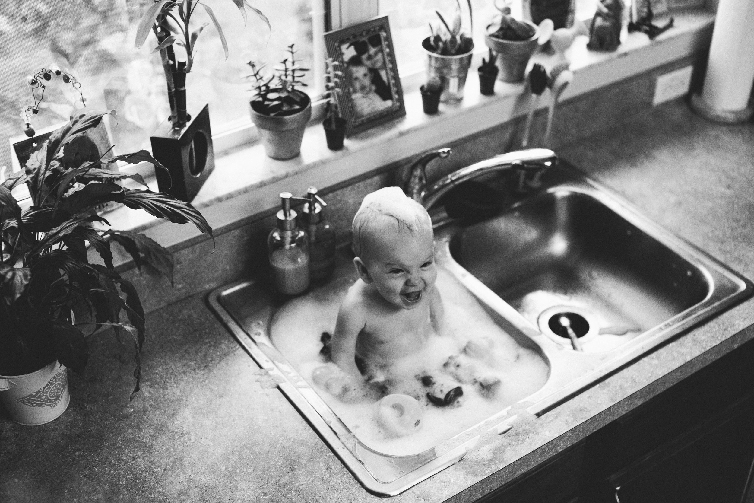 2016: Year in Review | New Years Traditions | Kansas City, MO Lifestyle Photography | Hanna Hill Photography | Baby in the sink bath