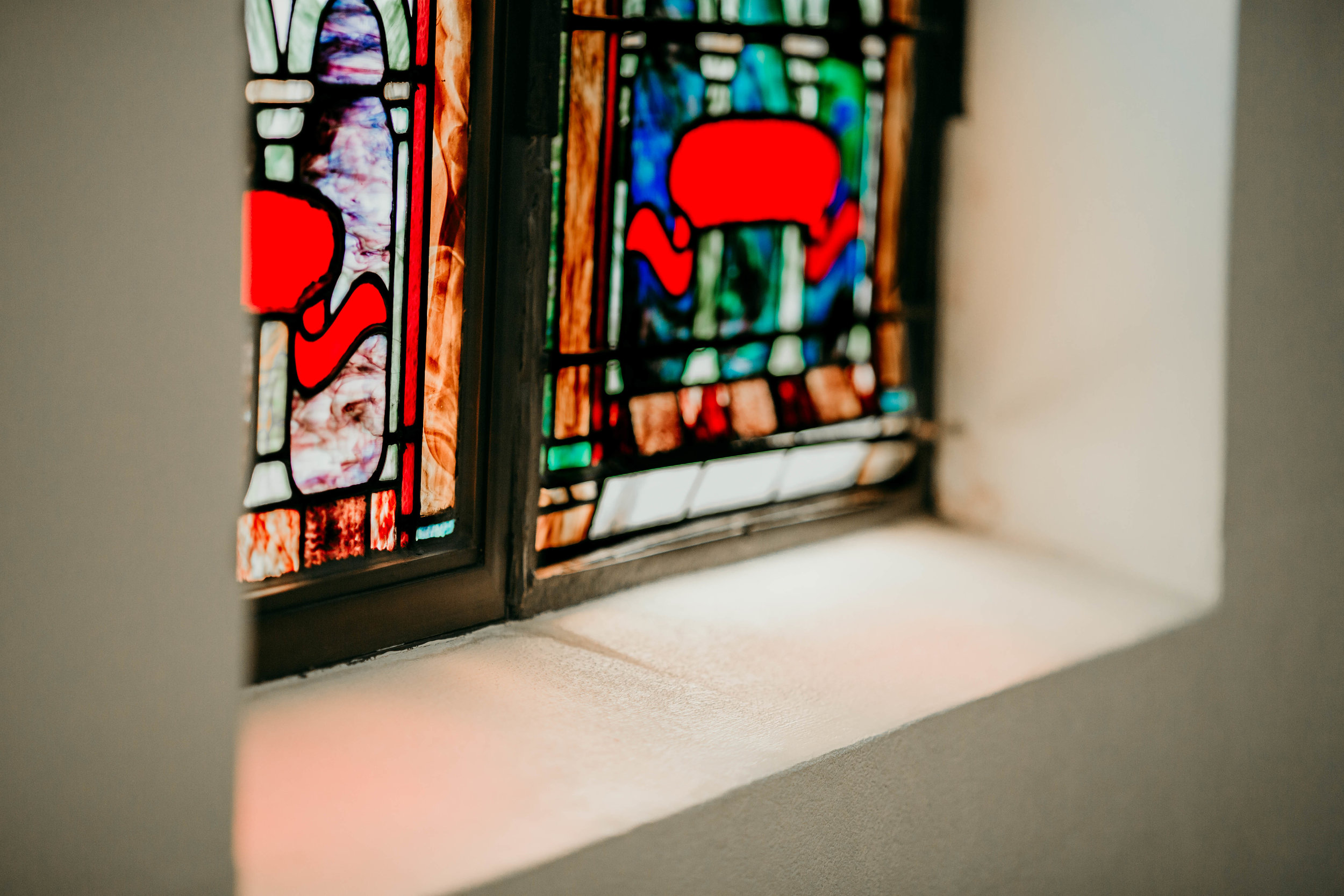 Bert & Lauren's North Kansas City Spring Wedding | Hannahill Photography | Raleigh Durham Photographer | North Carolina Wedding Photography | Family Photographer | Wedding photographer | view of the stained glass window inside the ceremony