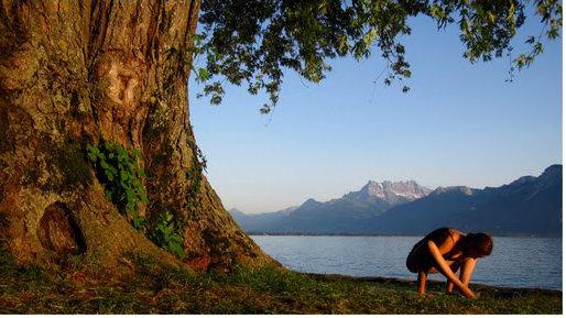 Pratique de yoga en Suisse près du lac de Genève.