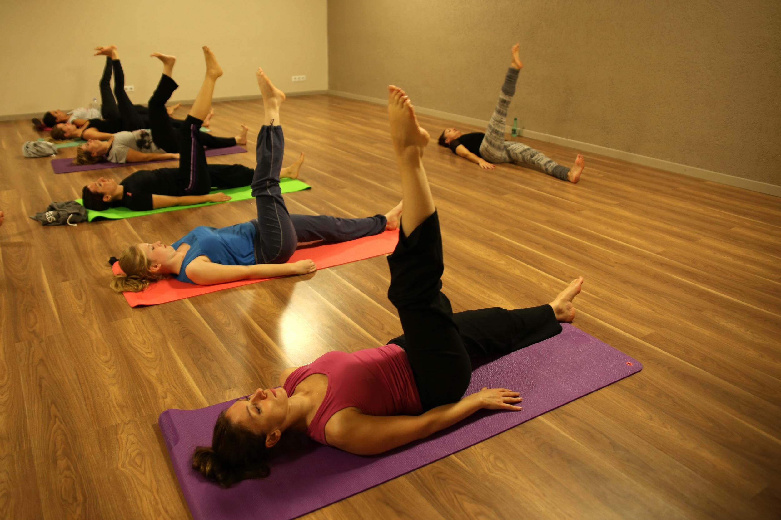 Posture de yoga en rotation.