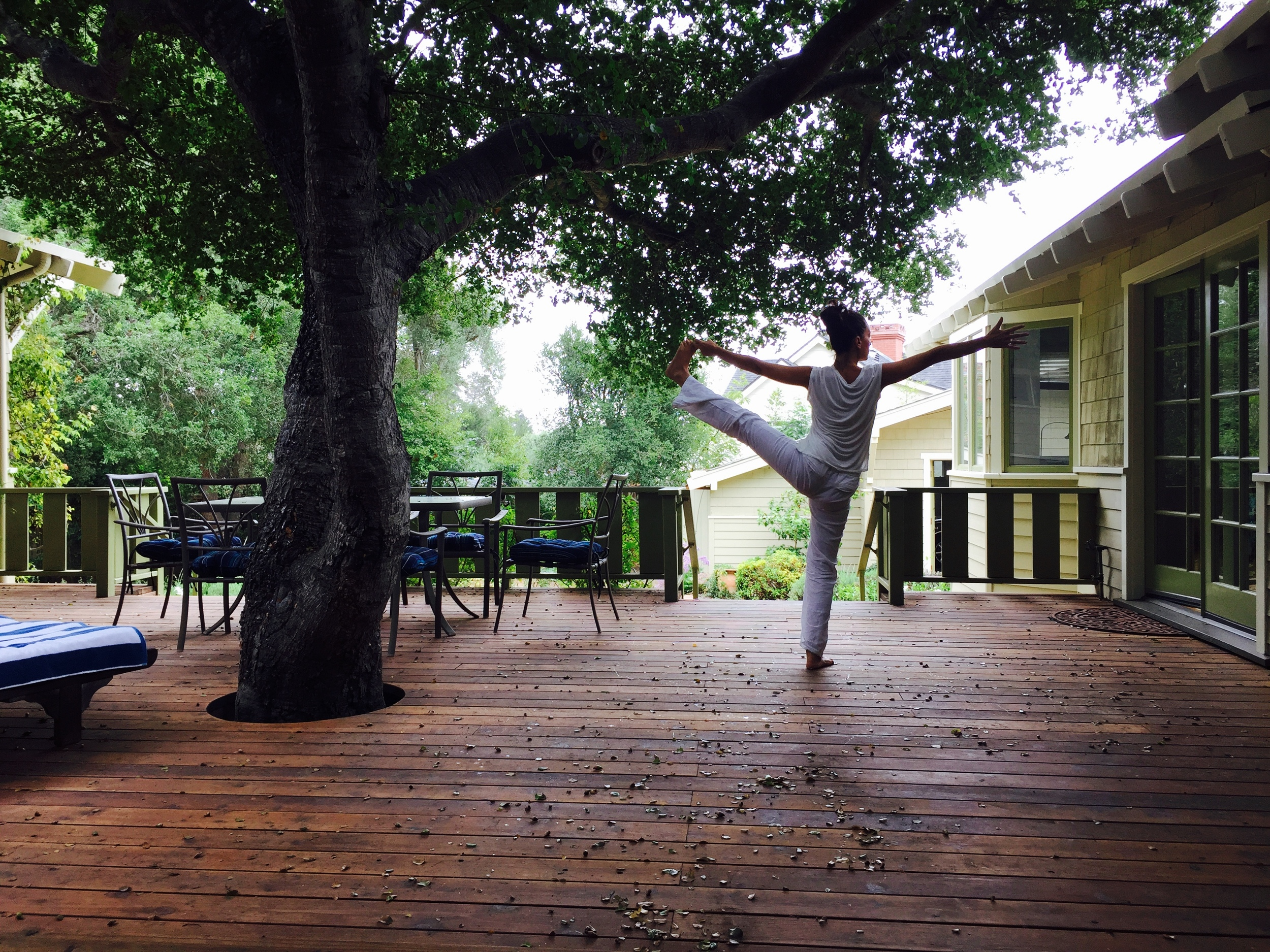 Pratique de yoga à Montecito, Santa Barbara CA, USA. Maison de ma maman de coeur Mia, qui m'invita à mon premier cours de Hatha Yoga.