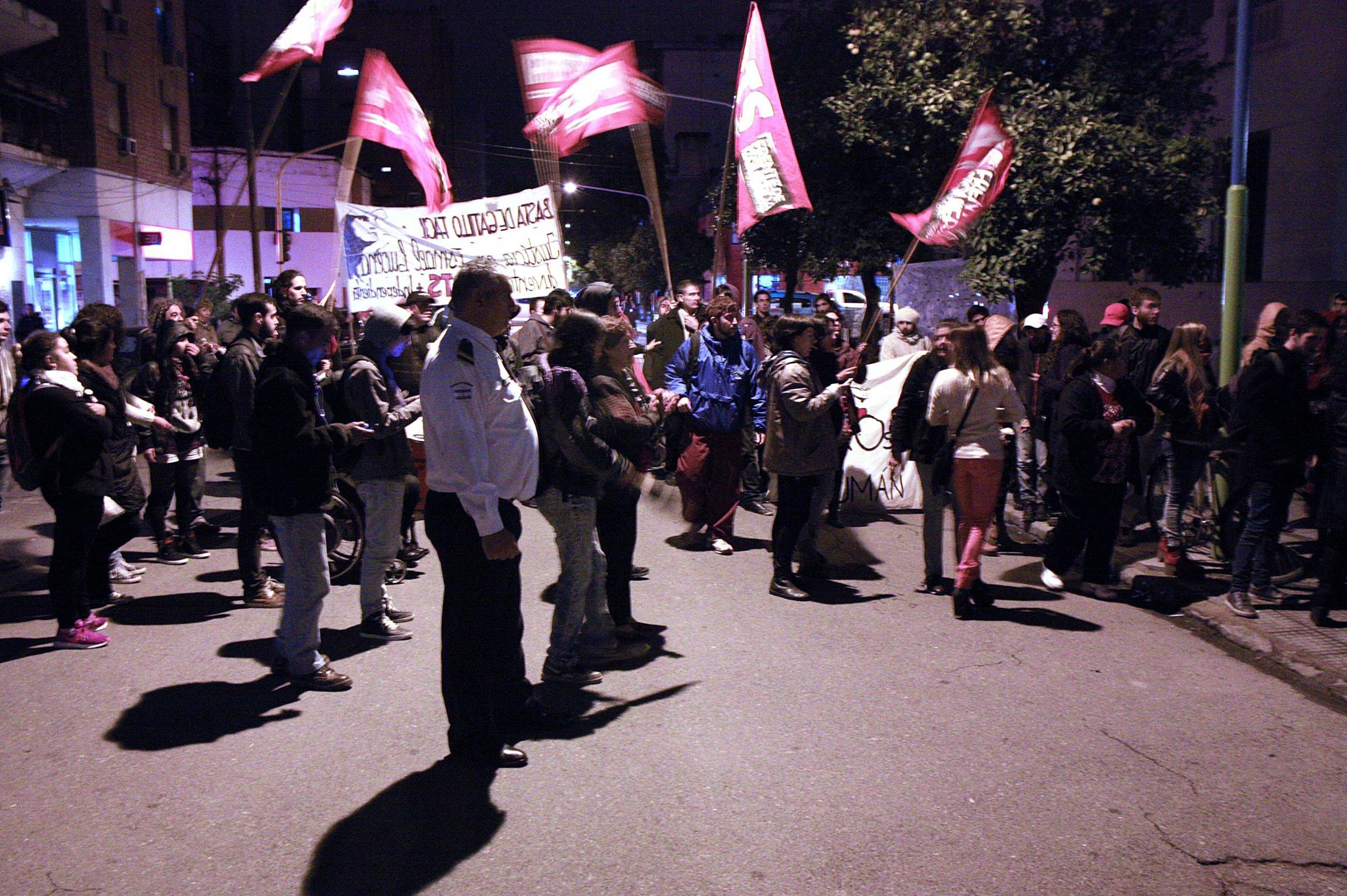Organizaciones políticas y de derechos humanos esperaron en la calle a que terminara la audiencia de alegatos.